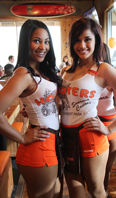 Hooters Opens In Rohnert Park