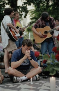 Fans of the late Jerry Garcia of the Grateful Dead mourn at an impromptu memorial at Central Park's Strawberry Fields in New York, Aug. 9, 1995. Garcia died at age 53. (AP Photo/Adam Nadel)