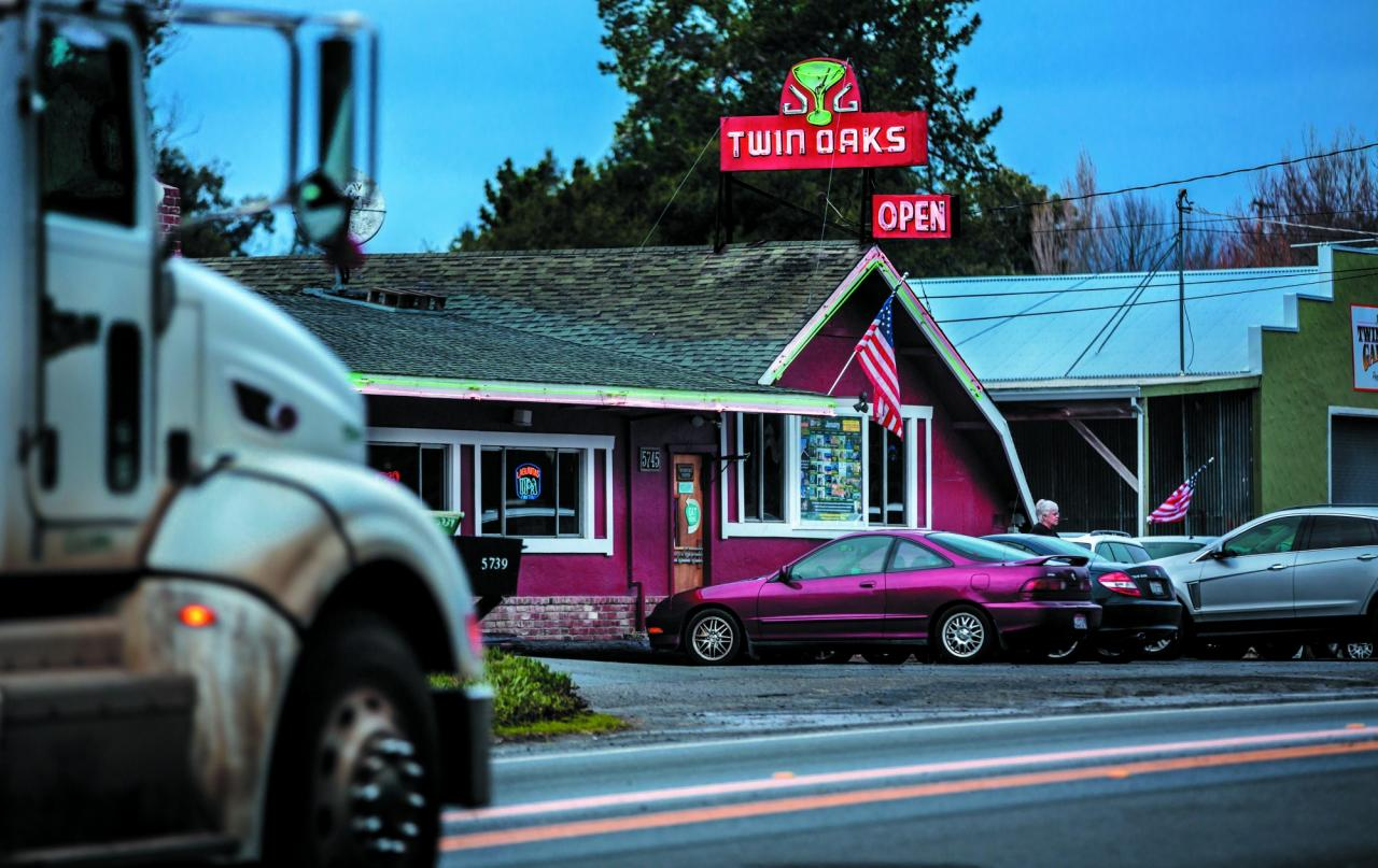 The tavern has welcomed travelers on Old Redwood Highway since 1924. (Photo / Chris Hardy)