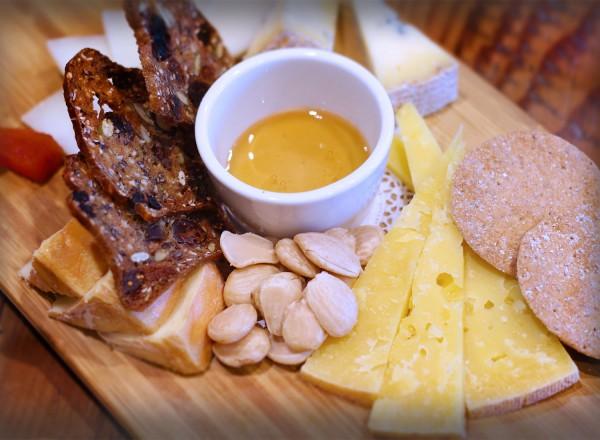hi0516_oliverstavern_cheeseplate-600x440