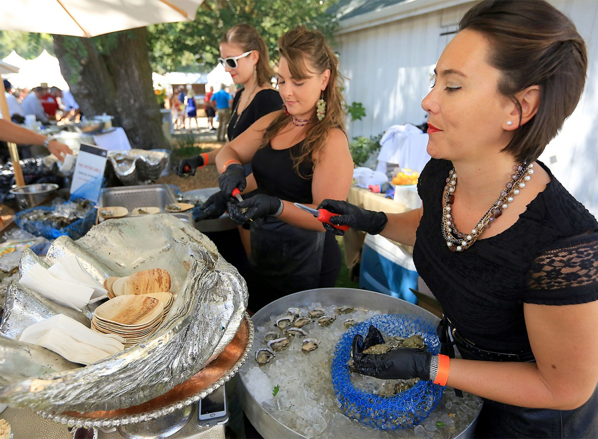 Sisters Aluxa and Jazmine Lalicker shucking oysters. (biteclub.com)
