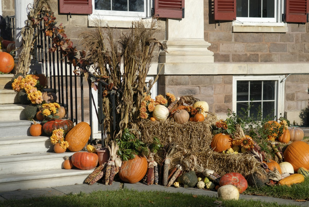How to decorate your yard for autumn entertaining for Pictures of fall decorations for the yard