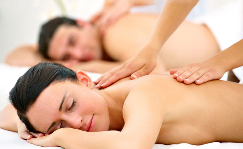 Couples massage at Spa Dulce.