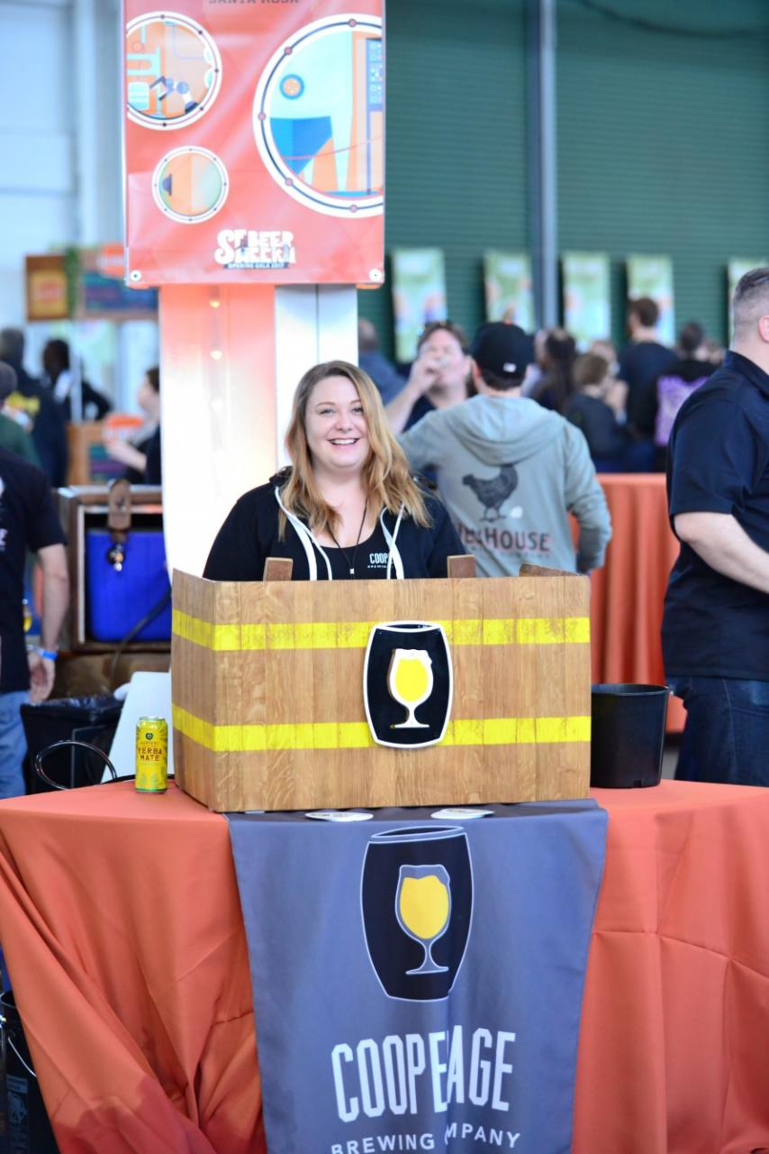 Rachel from Cooperage poured the Keg Slayer (her nicname) and Smelltron 3030 DIPA for beer geeks right as they came into the pier.